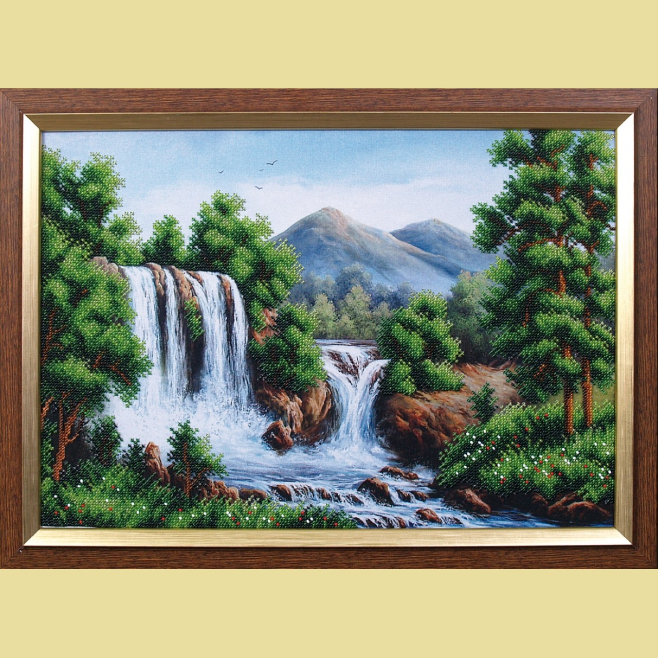 Водопад в горах бисер